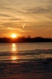 Coucher du soleil gelé de fleuve Photos libres de droits