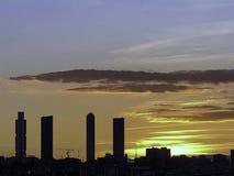 Coucher du soleil gentil à Madrid avec les quatre tours complexes images libres de droits
