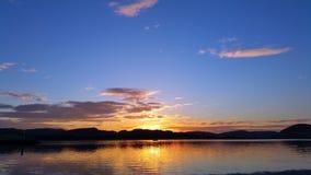 Coucher du soleil gentil au-dessus de fleuve Photo libre de droits