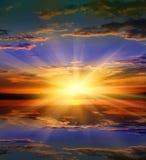 Coucher du soleil gentil au-dessus de l'eau Image libre de droits