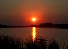 Coucher du soleil gentil au-dessus de lac Photographie stock