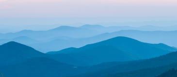 Coucher du soleil gentil au-dessus des montagnes image libre de droits
