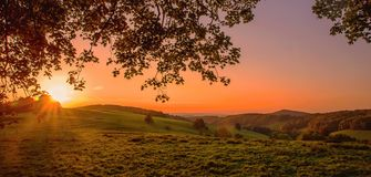 Coucher du soleil gentil au-dessus des montagnes de jizerske dans la République Tchèque Photos stock