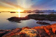 Coucher du soleil gentil de côte d'océan en Norvège - Senja image stock