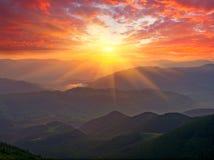 Coucher du soleil gentil en montagnes Photos stock
