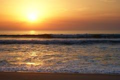 Coucher du soleil gentil sur la plage image libre de droits