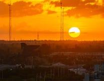 Coucher du soleil glorieux au-dessus de ville de Hallandale photos libres de droits