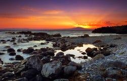 Coucher du soleil glorieux au-dessus des roches Photographie stock