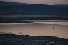 Coucher du soleil glorieux mais gelant au-dessus d'une baie côtière écossaise de village Photographie stock