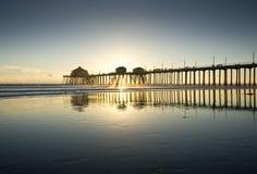 Coucher du soleil grand-angulaire de réflexion de pilier de Huntington Beach Photographie stock libre de droits