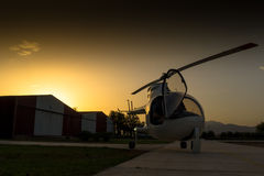 Coucher du soleil, hélicoptère sur la terre Photographie stock