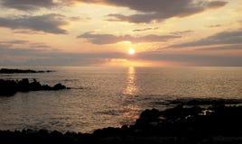 Coucher du soleil hawaïen du sud classique de Kona au-dessus de gisement et de baie de lave image libre de droits