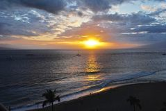 Coucher du soleil hawaïen sur la plage de Kaanapali, Maui Photo libre de droits