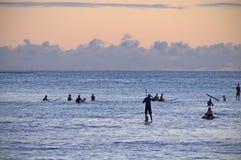 Coucher du soleil hawa?en surfant de moment images stock