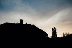 Coucher du soleil heureux de ciel de silhouette de vacances d'amant de couples Image stock
