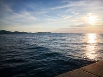 Coucher du soleil idyllique à la plage de Zadarimage libre de droits