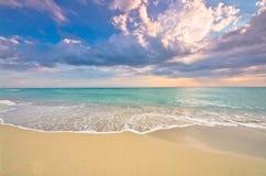 Coucher du soleil idyllique de vague déferlante de plage Photo libre de droits