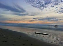 Coucher du soleil impressionnant de planche de surf Images stock