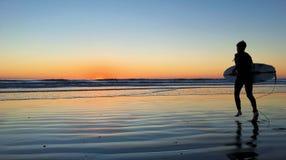 Coucher du soleil impressionnant de surfer Photos stock