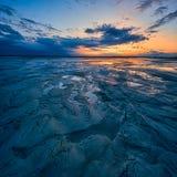 Coucher du soleil incroyable sur la grande plage sablonneuse Photographie stock libre de droits