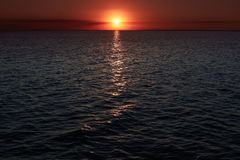 Coucher du soleil incroyablement beau au-dessus de mer avec des vagues Beaux horizontaux Coucher du soleil de mer d'or Paysage de Photo stock