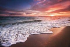 Coucher du soleil incroyablement beau sur la plage en Thaïlande Sun, ciel, mer, vagues et sable Des vacances par la mer image stock