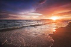 Coucher du soleil incroyablement beau sur la plage en Thaïlande Sun, ciel, mer, vagues et sable Des vacances par la mer photographie stock libre de droits