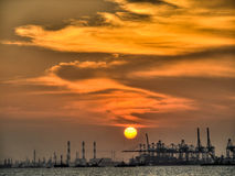 Coucher du soleil industriel Photo stock