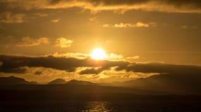 Coucher du soleil intense des tropiques photographie stock libre de droits