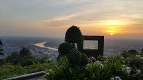 Coucher du soleil jaune au-dessus de la rivière Photographie stock libre de droits