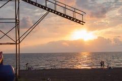Coucher du soleil jaune au-dessus de plage sablonneuse et de ressacs Images stock