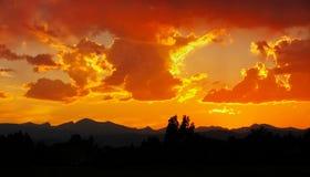 Coucher du soleil jaune et orange d'or au-dessus des montagnes rocheuses image libre de droits