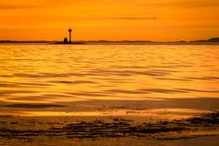 Coucher du soleil jaune le long du littoral de Stavanger, Norvège photos stock