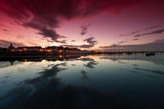 Coucher du soleil à la baie de yacht dans Malahide Photos stock