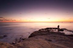 Coucher du soleil à la crique de La Jolla avec la silhouette des couples Images libres de droits