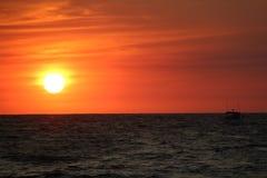 Coucher du soleil ? la mer photo libre de droits