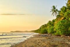 Coucher du soleil ? la plage de paradis dans Uvita, Costa Rica - belles plages et for?t tropicale ? la C?te Pacifique de Costa Ri photo libre de droits