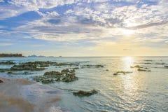 Coucher du soleil ? la plage image stock