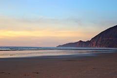 Coucher du soleil le long de la côte dans Manzanita, Orégon Image stock