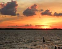Coucher du soleil le long du rivage Image libre de droits