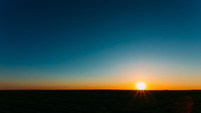 Coucher du soleil, lever de soleil, Sun au-dessus de champ rural de campagne photographie stock libre de droits