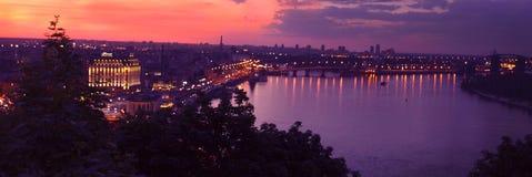 Coucher du soleil lilas au-dessus de la ville de Kiev photos libres de droits