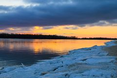 Coucher du soleil lumineux au-dessus d'une rivière Dnieper l'hiver images stock