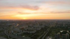 Coucher du soleil lumineux au-dessus de la ville c avec la route et le pont, vue aérienne d'une taille banque de vidéos