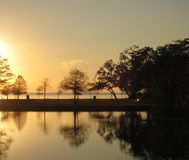 Coucher du soleil lumineux au-dessus de lac Pontchartrain Photo stock