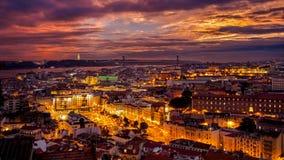 Coucher du soleil lumineux au-dessus de Lisbonne Photographie stock