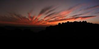 Coucher du soleil lumineux au-dessus des roches Photo libre de droits