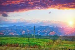 Coucher du soleil lumineux au-dessus du terrain montagneux cuba image libre de droits