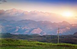 Coucher du soleil lumineux au-dessus du terrain montagneux cuba photographie stock