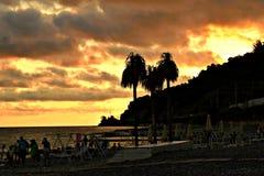 Coucher du soleil lumineux d'été sur la mer photographie stock
